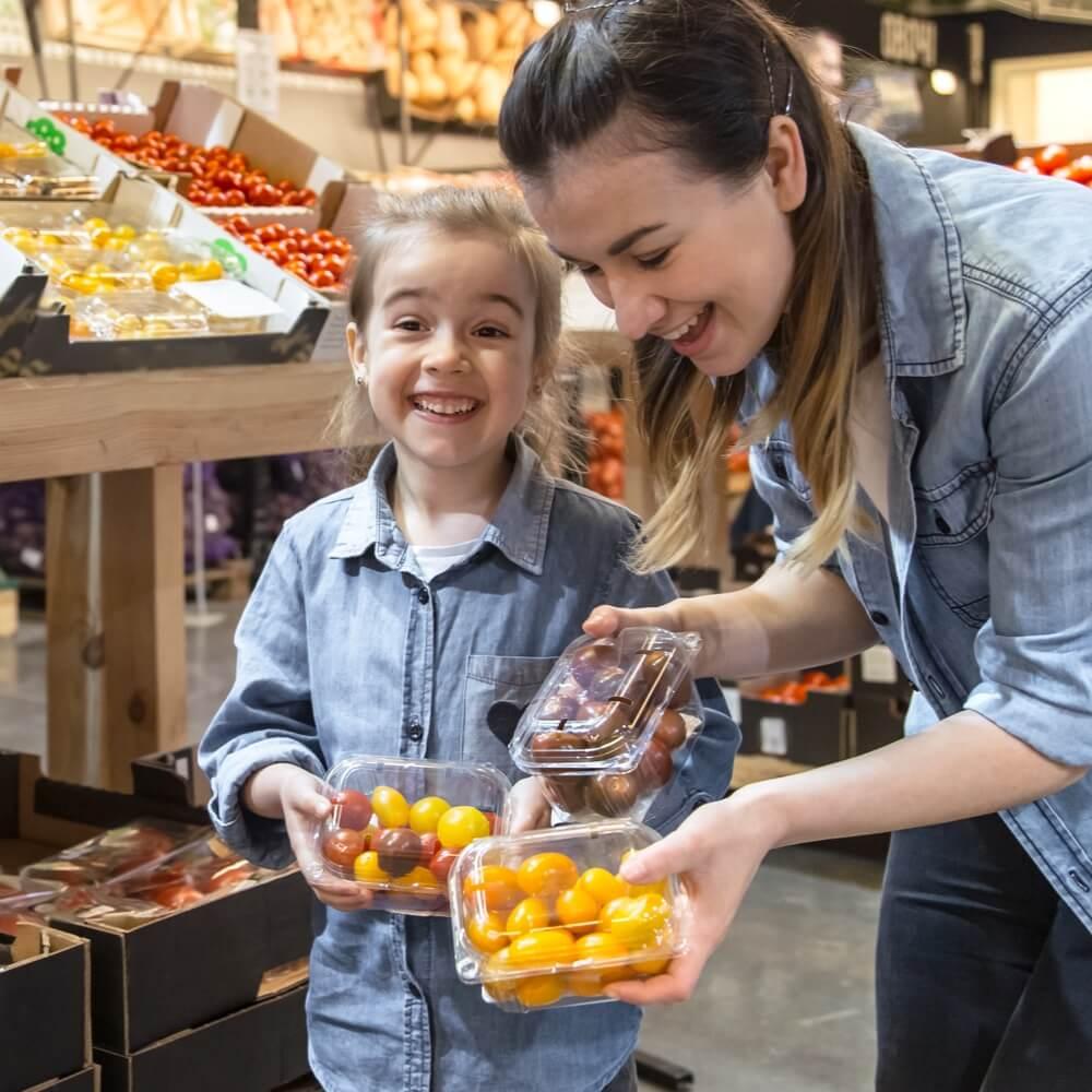 mère et fille qui achètent des fruits et légumes locaux en supermarché