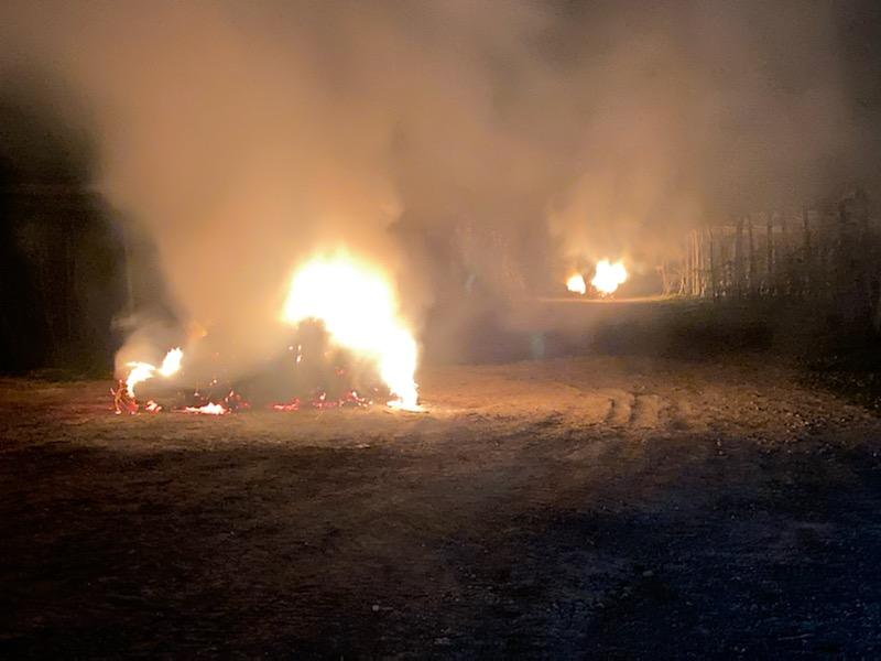 un feu de paille pour sauver la récolte de pommes et poires aux vergers de Séru, dans l'Aisne, en Picardie